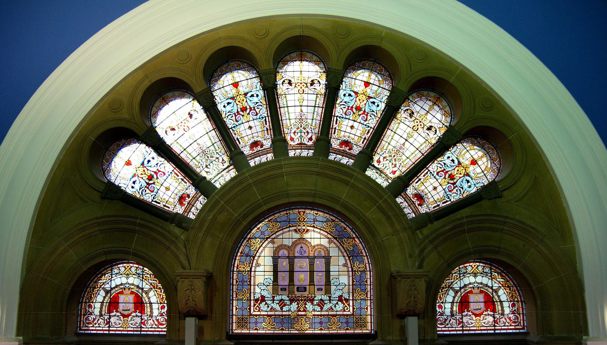 大型彩繪玻璃窗戶上,有著雪梨古老盾徽圖案。(Flickr授權作者-BBernard Spragg.NZ)