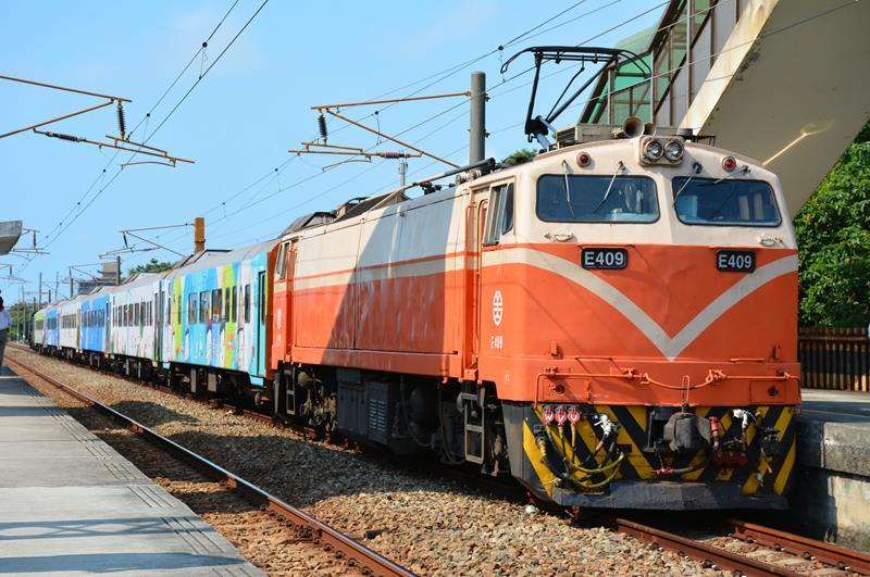 彩繪郵輪式列車-莒光號(照片來源:Cheng-en Cheng@Flickr)https://goo.gl/JwUrpg