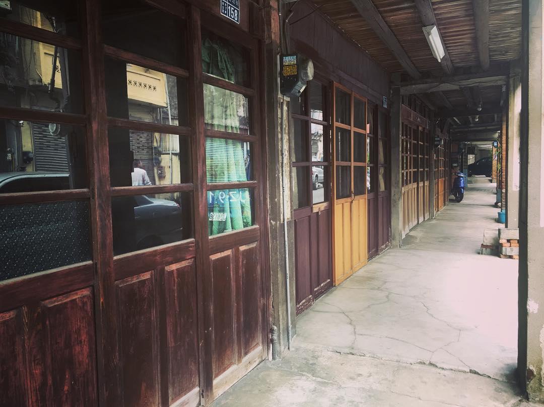 成功街上的老房子,許多還保留著古早的木板門。(圖片來源/Instagram-littlemedreambig)
