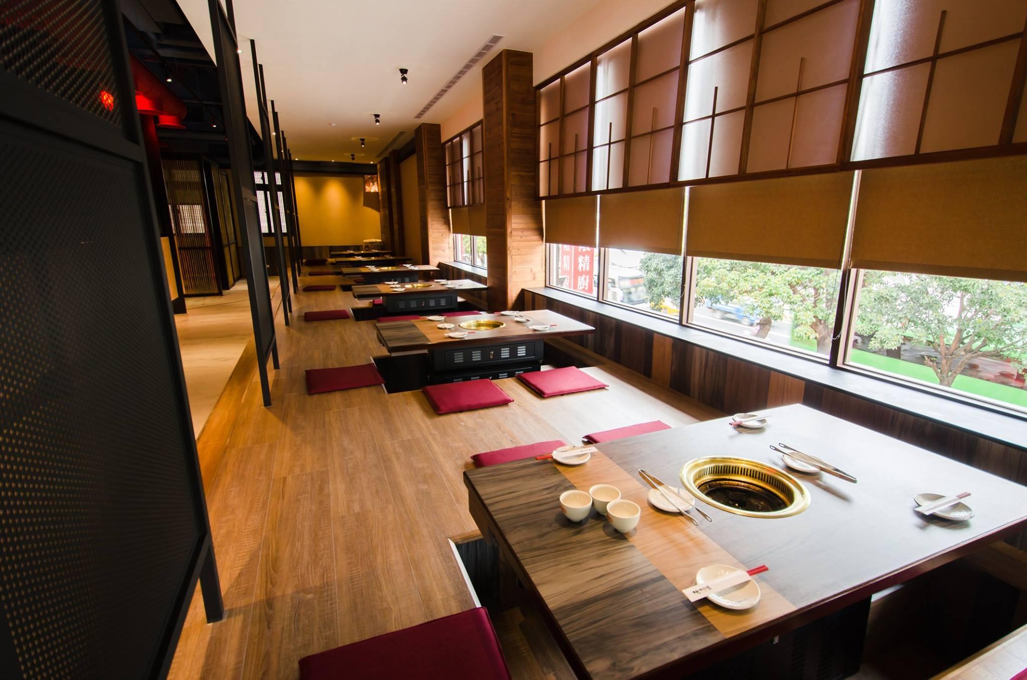 提供日式塌塌米座位,可以邊吃燒肉,邊賞窗外秋紅谷美景。(圖片來源/市太郎燒肉市場粉絲團)