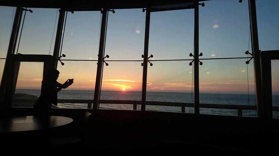 竹 圍 航 空 港 旋 轉 餐 廳 的 晚 霞