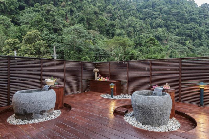 景觀房專屬的室外石造泡湯池(照片來源:錦屏美人湯館官網)
