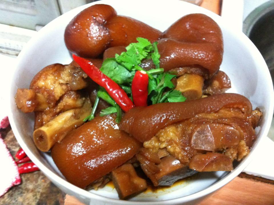 特 製 滷 豬 腳 。 圖 片 來 源 : 東 引 小 吃 店 。