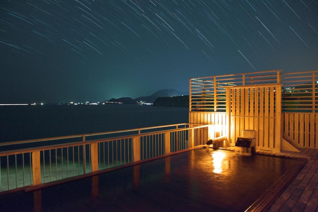 到熱海溫泉享受滿天星星加上無敵海景的露天風呂。