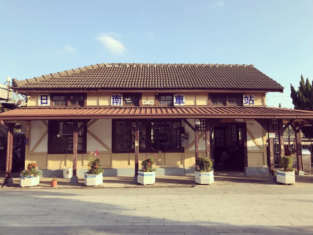 由正面看過去,不對稱的屋頂外觀,是「日南車站」的一大特色。(圖片來源/Instagram-wanderlustchoco)