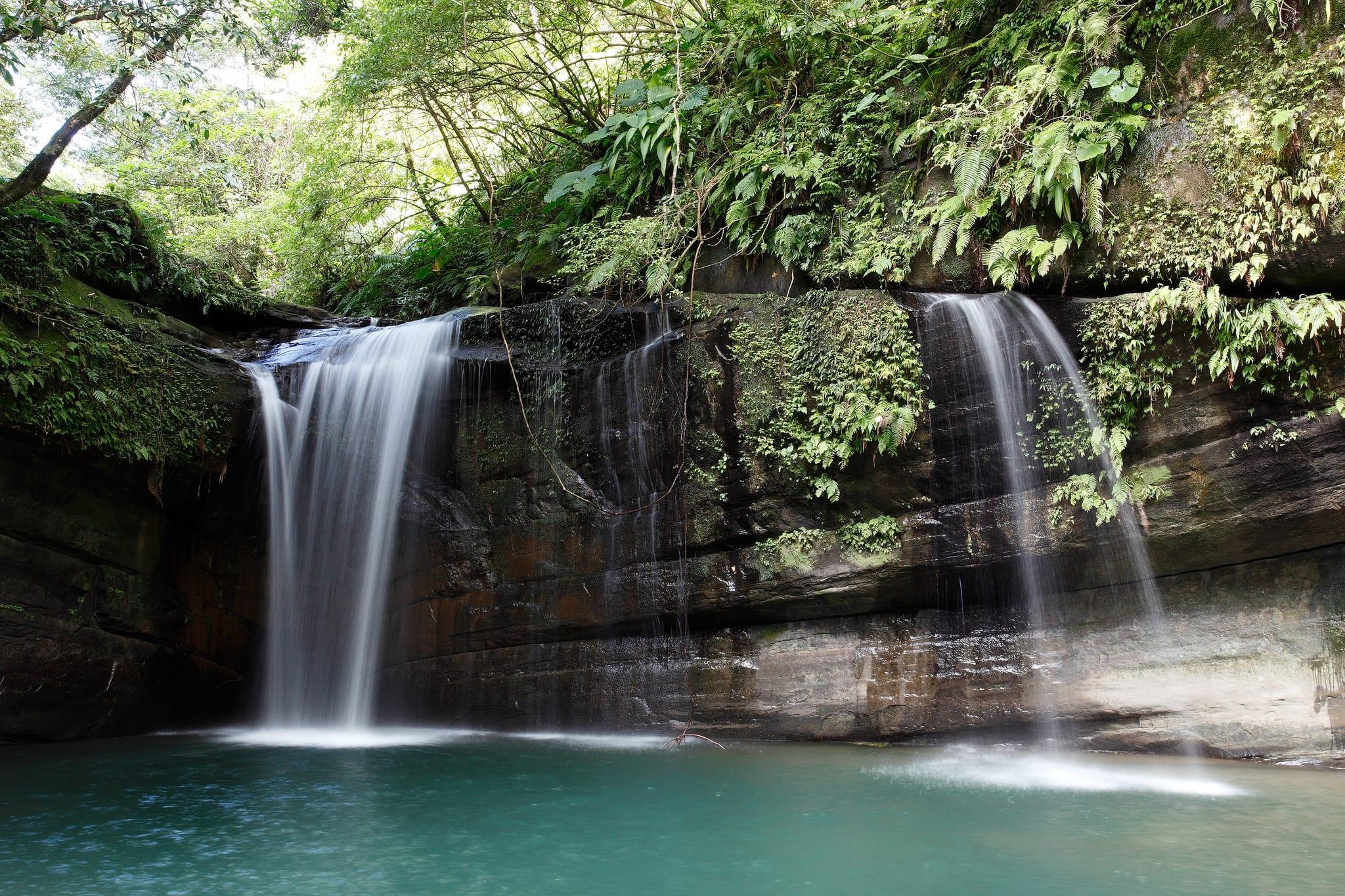 看著望谷瀑布的潺潺流水,心情療癒又放鬆。(Flickr授權作者-MiNe)