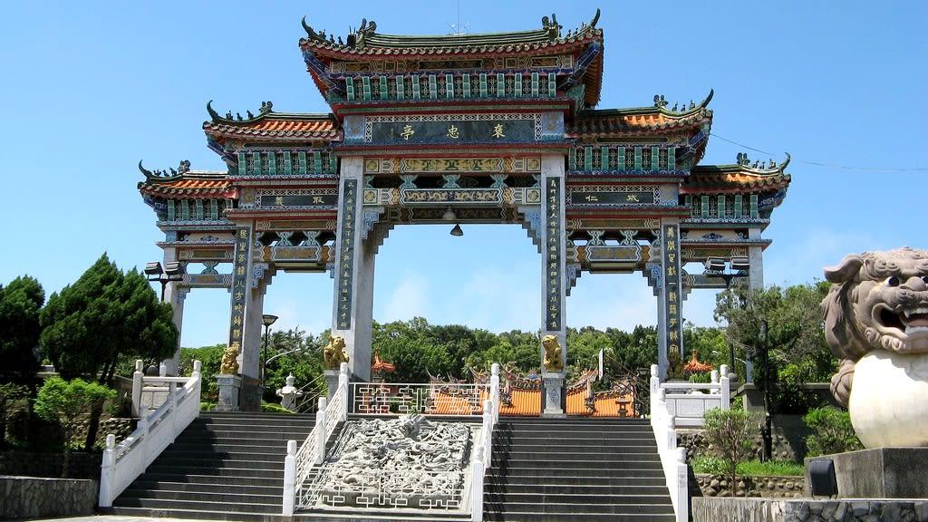 義民廟巍峨的牌樓,展現出莊嚴肅穆的氛圍。(Flickr授權作者-Shaofu Ku)