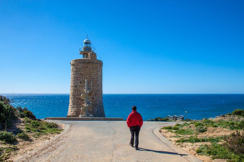 西 班 牙 薩 阿 拉 德 洛 斯 阿 圖 內 斯 , 旁 邊 就 是 海 灘 , 享 受 沙 灘 、 陽 光 選 這 就 對 了 。