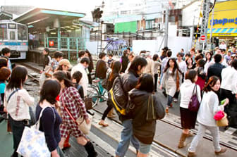 白 天 的 下 北 澤 遊 客 絡 繹 不 絕 熙 熙 攘 攘 。