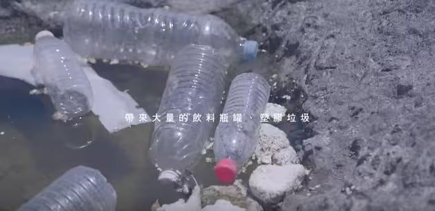 垃 圾 就 這 樣 漂 浮 在 海 面 上 , 慘 不 忍 睹