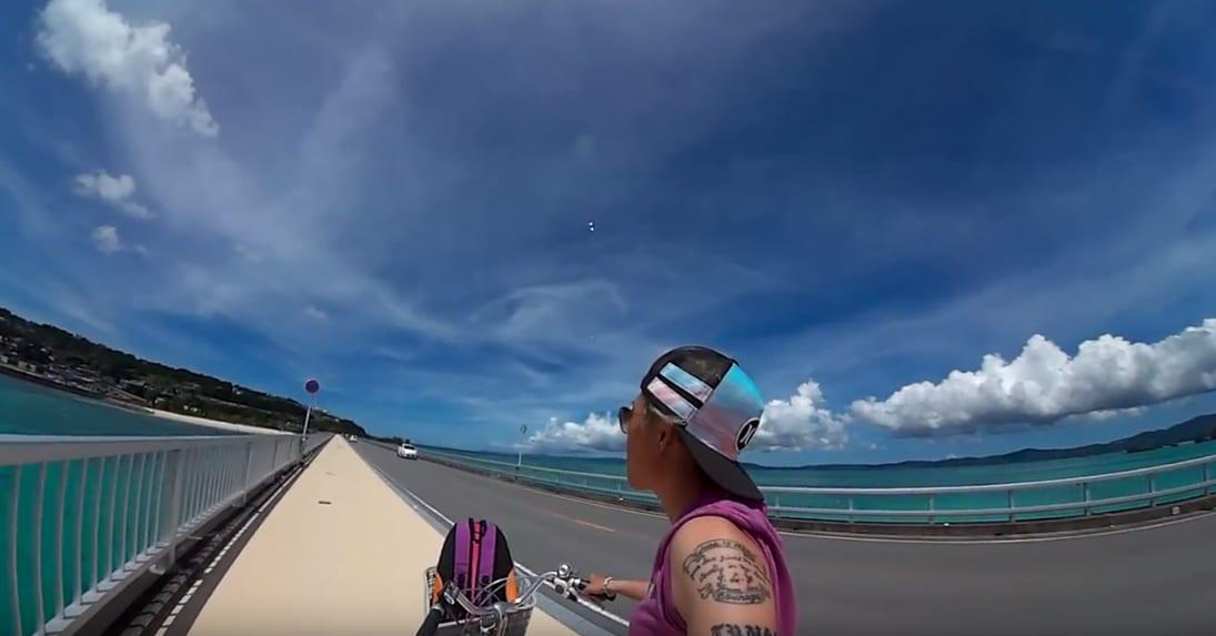 騎 車 配 無 敵 海 景 , 海 水 之 清 澈 還 能 看 見 海 龜 喔 !
