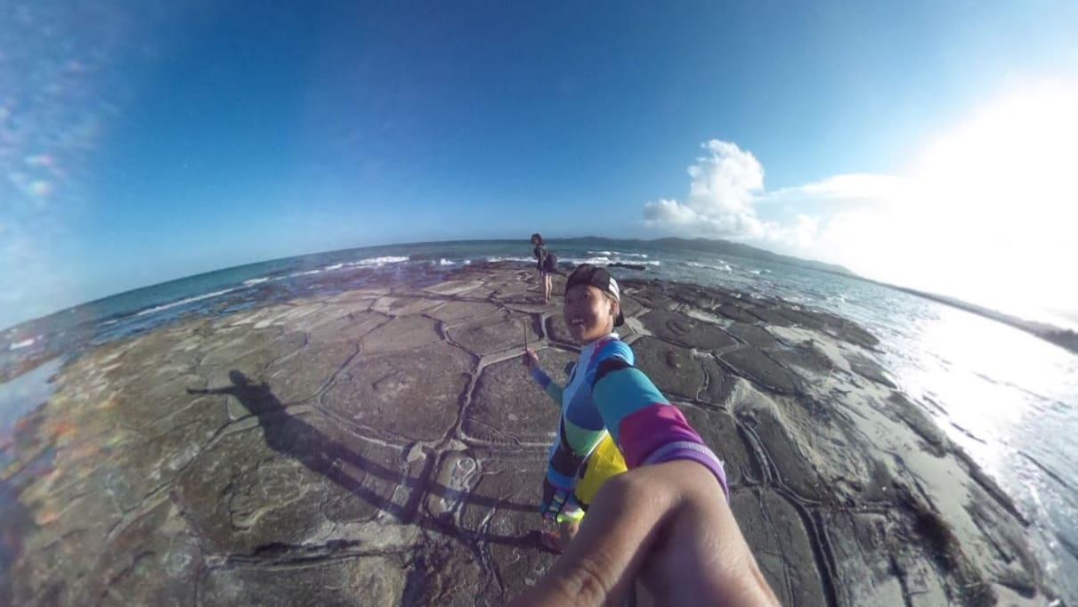 著 名 的 疊 石 海 灘 : 六 角 形 節 理 、 清 澈 的 海 水