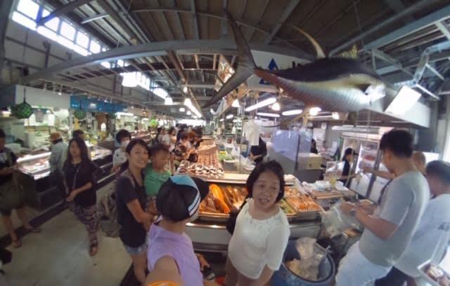 那 霸 港 口 旁 的 泊 港 魚 市 場 , 內 景