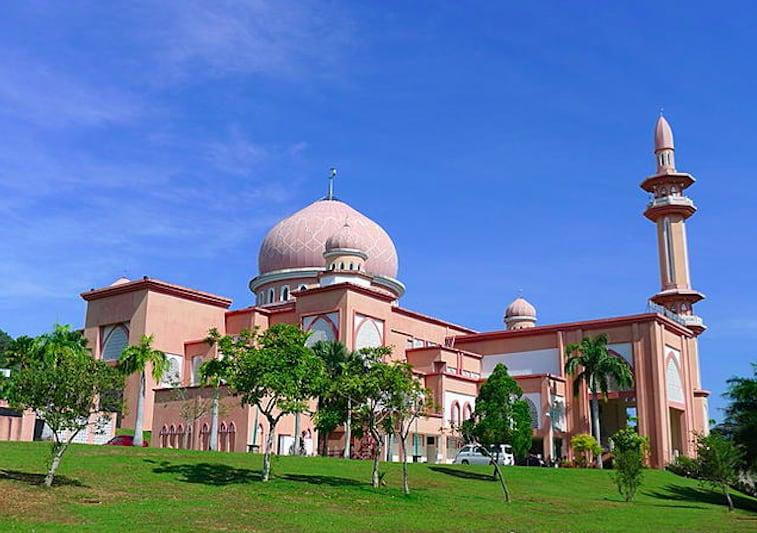 校 園 內 的 粉 紅 色 清 真 寺 ( 圖 片 來 源 :goo.gl/atqYha )
