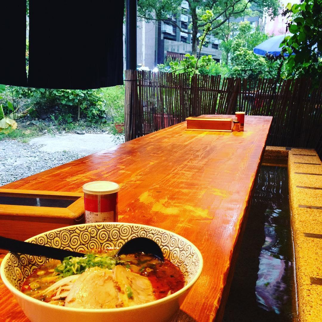 邊泡足湯、邊吃拉麵,十分享受。(圖片來源/Instagram-adlibpiano)