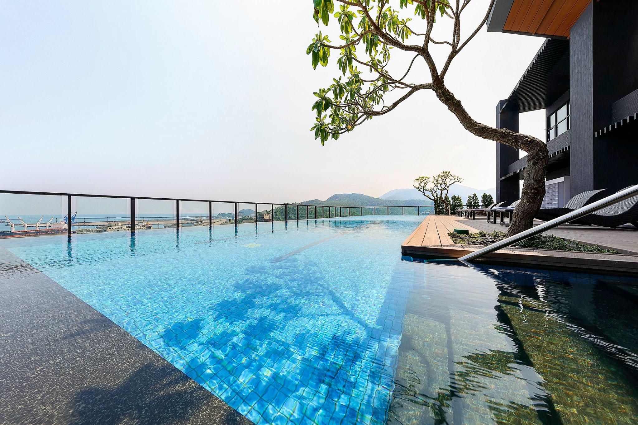頂樓的川原天幕,設置了無邊際泳池與黃金溫泉池。(圖片來源/雲品溫泉酒店FB粉絲團)