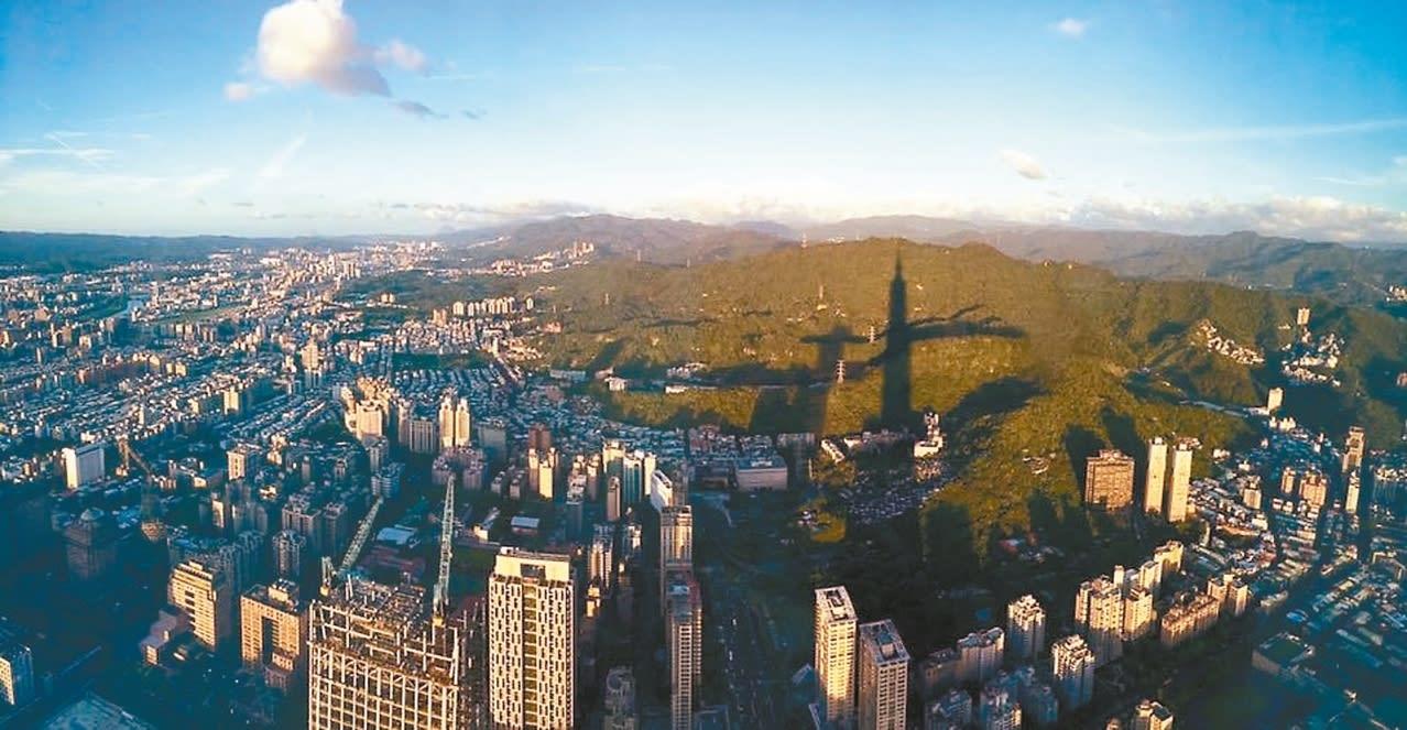 從 觀 景 台 上 俯 瞰 1 0 1 的 背 影 ( 圖 片 來 源 : https://goo.gl/1mg6IM )