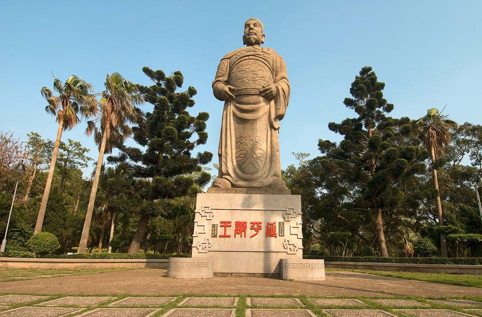 高大挺拔的鄭成功塑像,為鐵砧山更添傳奇色彩。(圖片來源/旅遊臺灣網站)