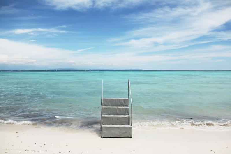 海 水 退 潮 時 如 同 摩 西 過 紅 海 , 可 以 通 往 漲 潮 時 到 達 不 了 的 小 島