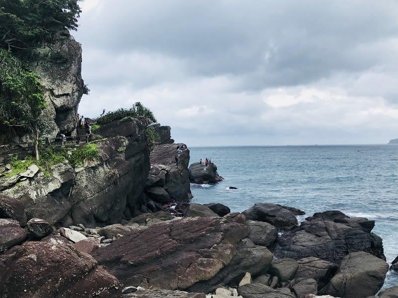 海水將岩石沖刷成各種形狀,是海釣者的天堂。
