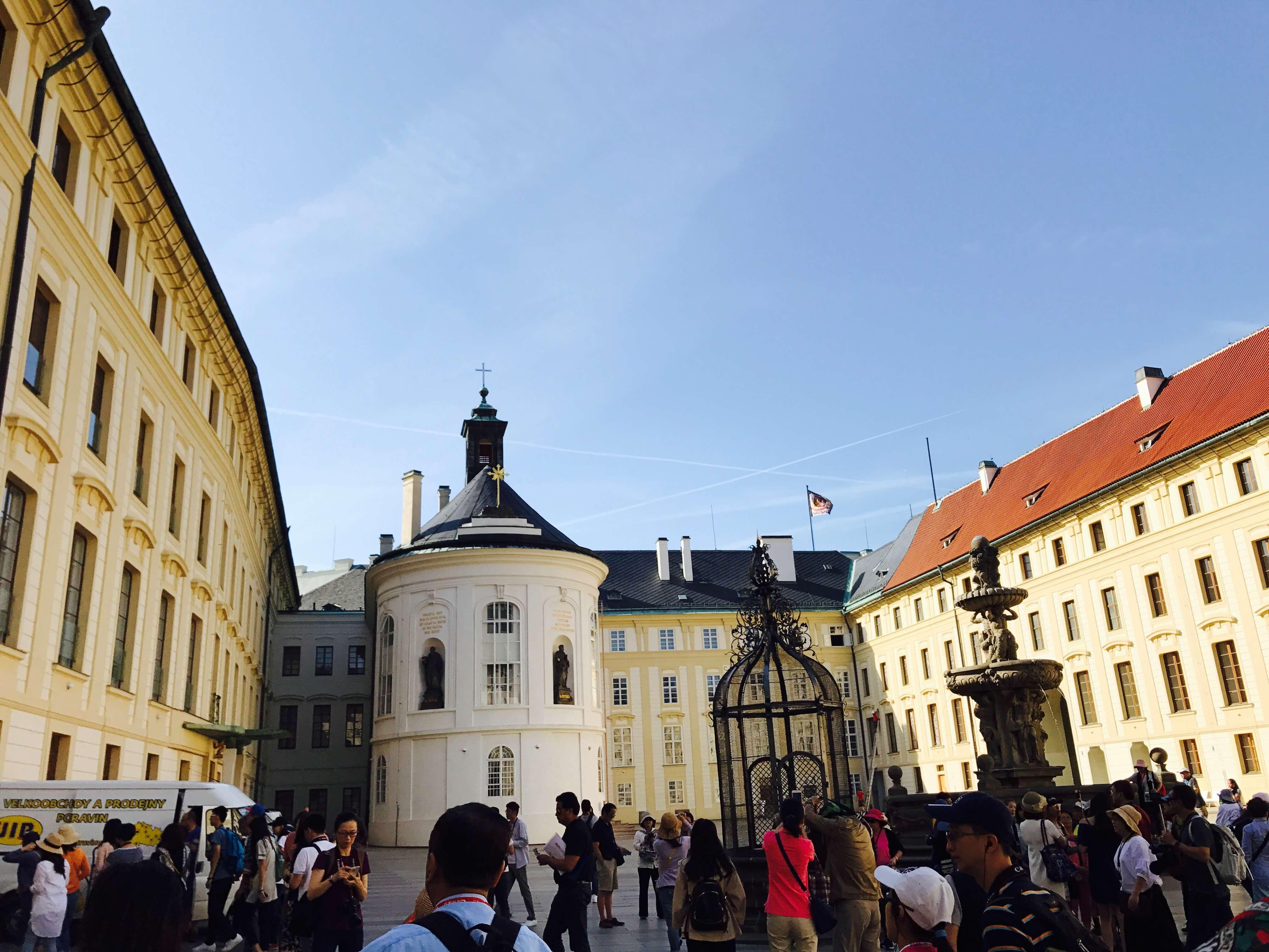 布拉格城堡第二庭院。Photographer / Penny