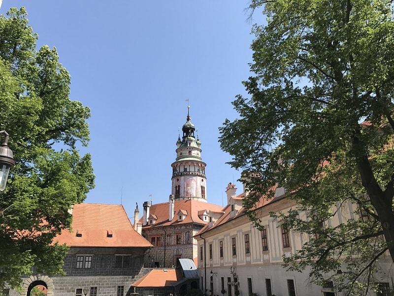 站在城堡裡抬頭也能看見彩繪塔