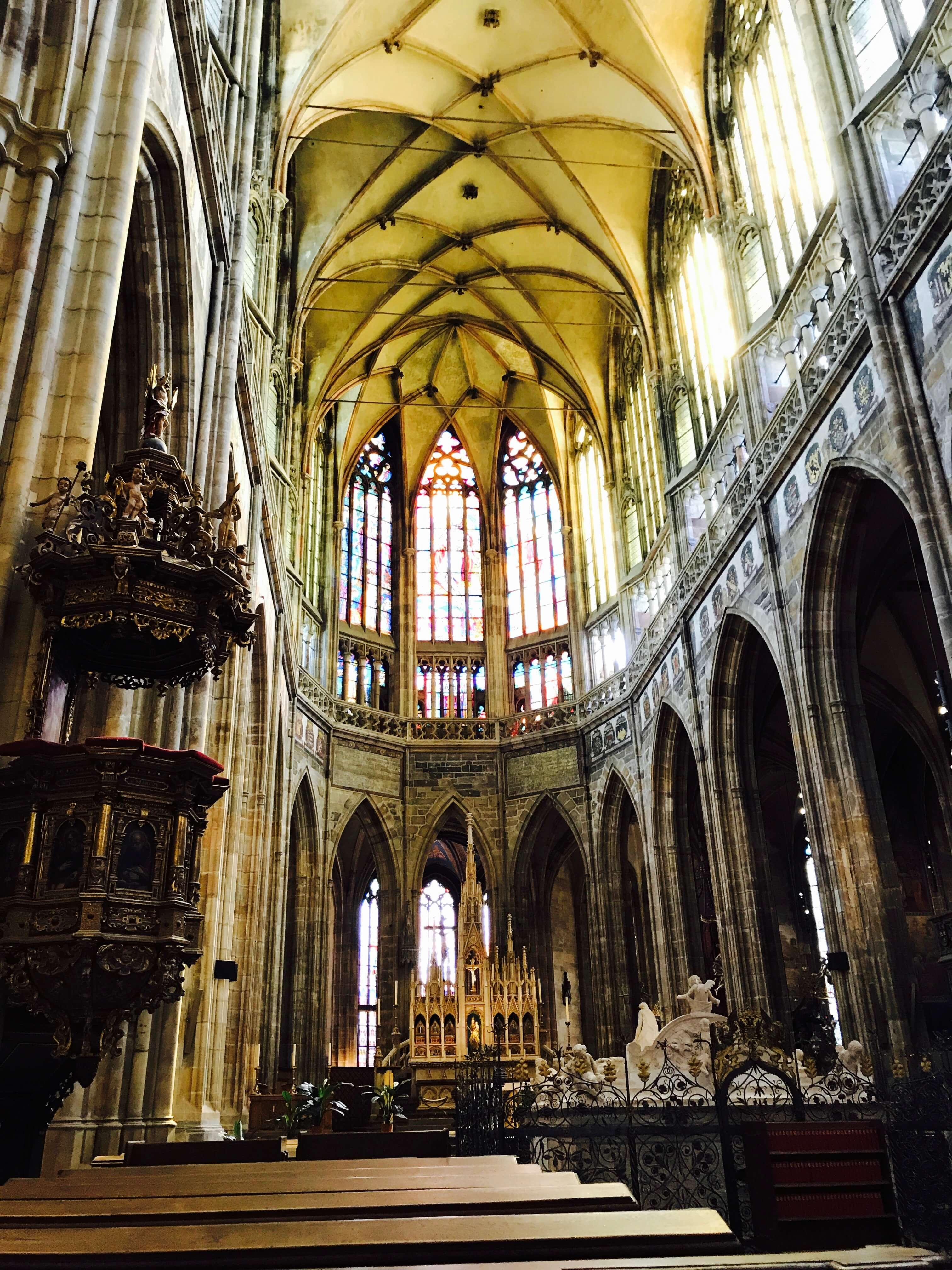 教堂中央挑高細長的天花板,佈滿交織成網狀的肋拱設計。Photographer / Penny