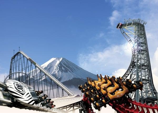 可 以 同 時 觀 賞 富 士 山 的 富 士 急 樂 園 。