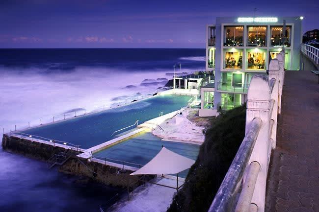 座 落 在 懸 崖 邊 的 俱 樂 部 , 不 但 可 以 賞 夜 景 , 還 有 美 食 與 酒 吧 (圖片來源:https://goo.gl/VgyfAh)