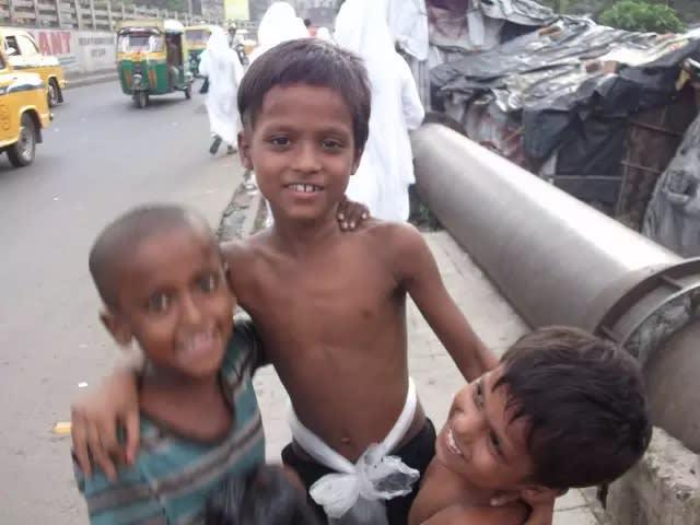 貧 民 窟 外 的 孩 子 , 圖 來 自 Abby