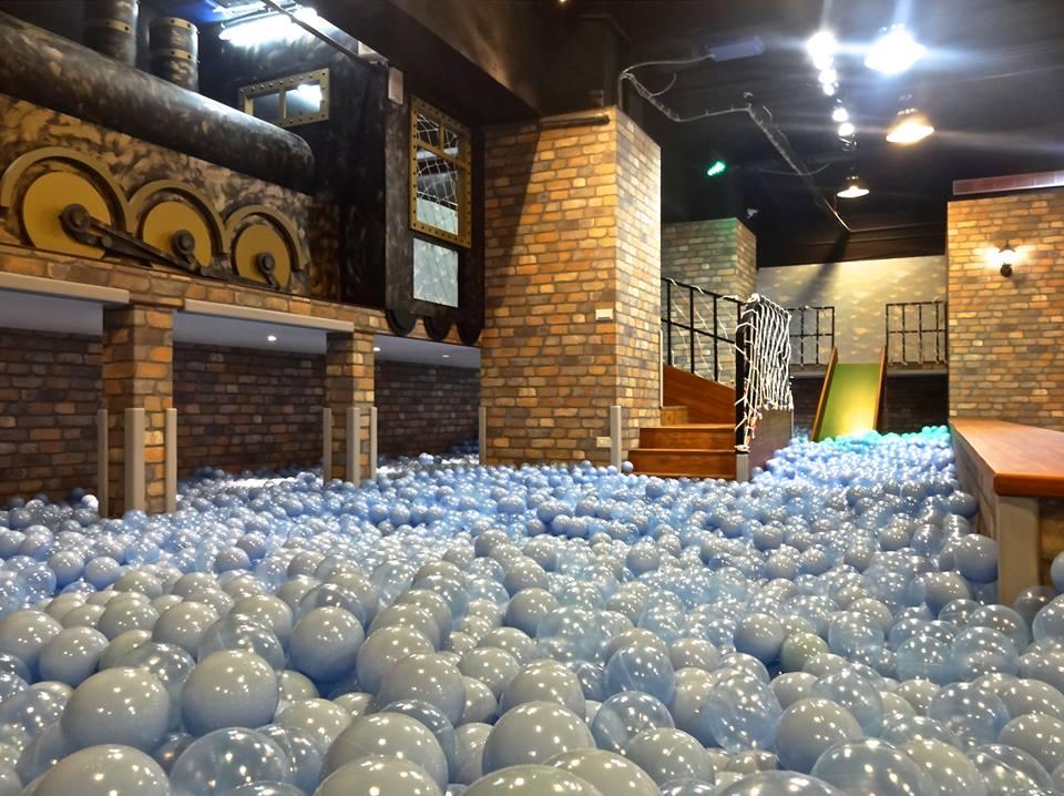 室 內 的 超 大 球 池 。 圖 片 來 源 : 官 方 粉 絲 團 。