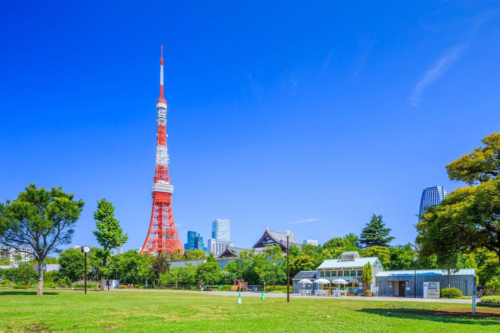 白天時從芝公園拍攝的東京鐵塔。|來源:fastjapan.com