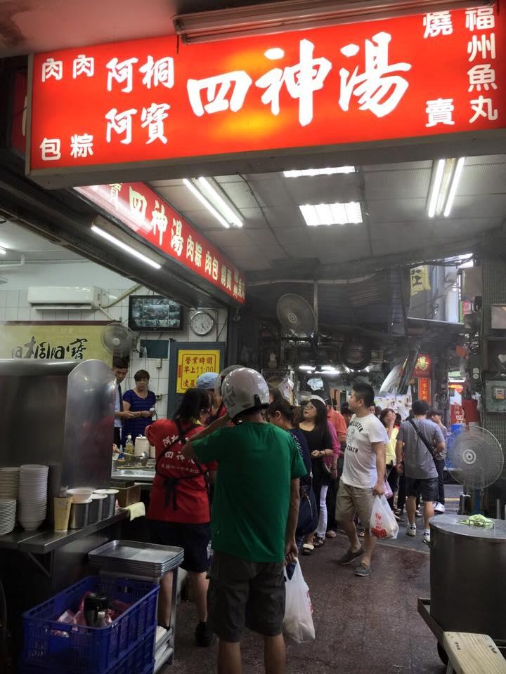 每 到 用 餐 時 間 , 總 是 湧 入 許 多 人 潮 。 圖 片 來 源 : 阿 桐 阿 寶 四 神 湯 。