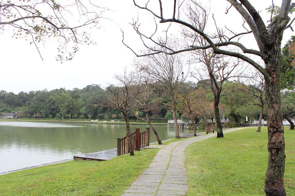 對 面 就 是 美 麗 的 碧 湖 公 園 。 圖 片 來 源 : 官 方 粉 絲 團 。