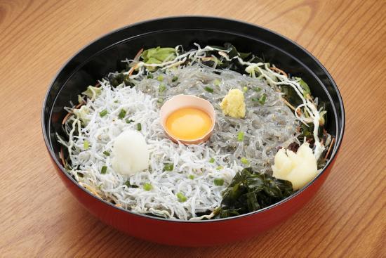 來到江之島一定要品嚐看看的吻仔魚丼。|來源:tripadvisor.jp