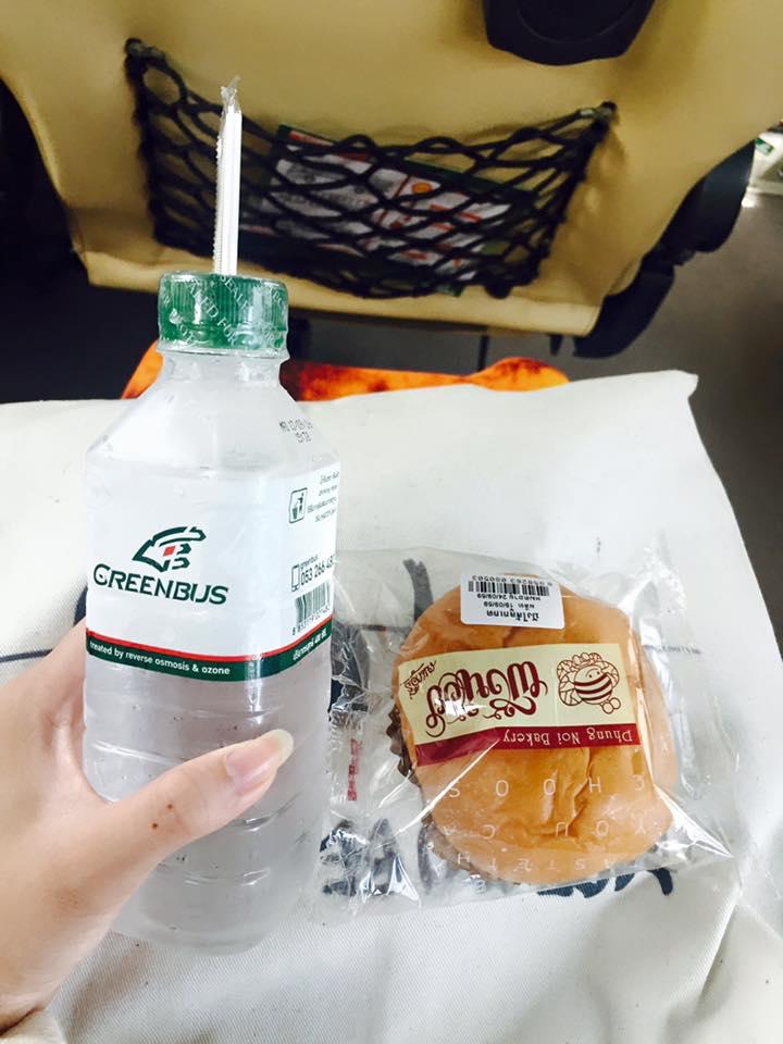 車 上 附 麵 包 與 冰 水