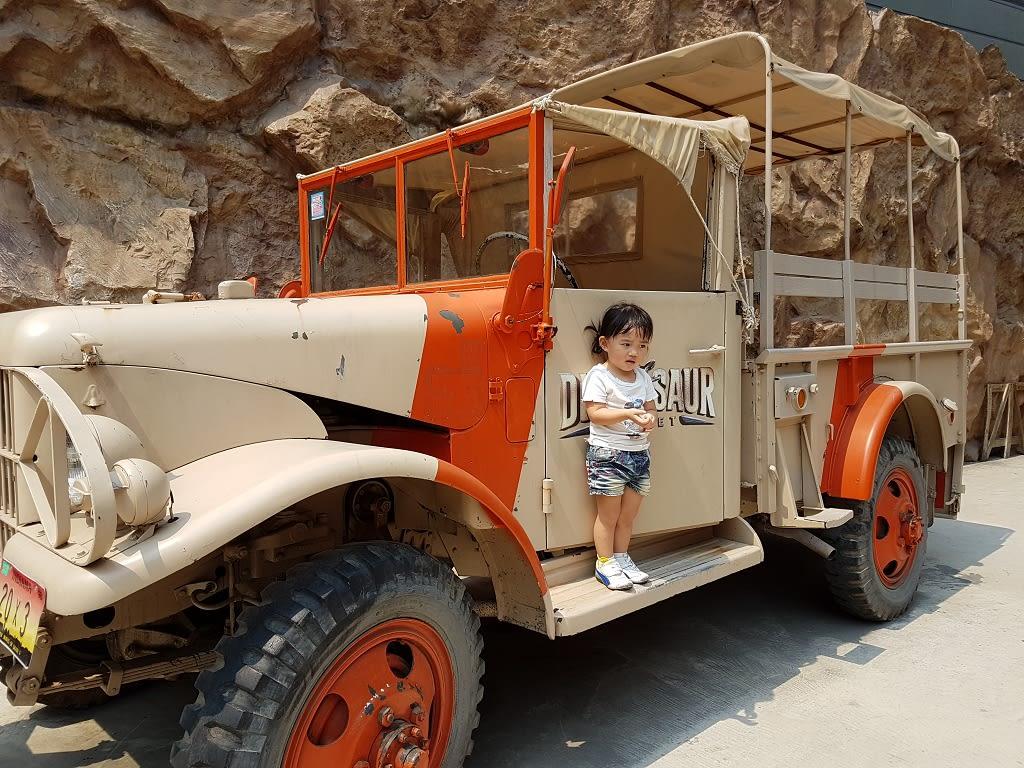 侏 儸 紀 公 園 裡 的 遊 園 車