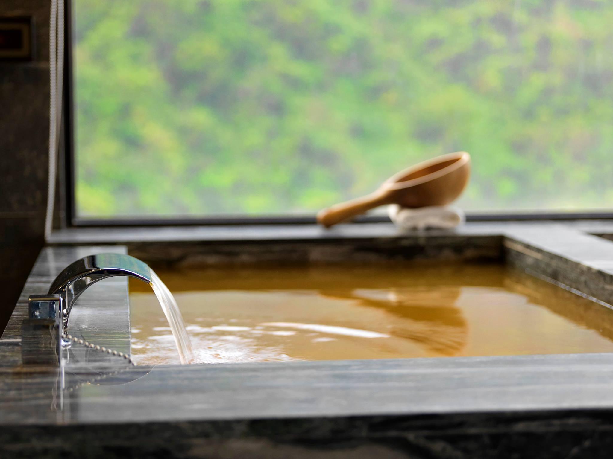 獨一無二的「黃金雙泉」。(圖片來源/Booking.com)