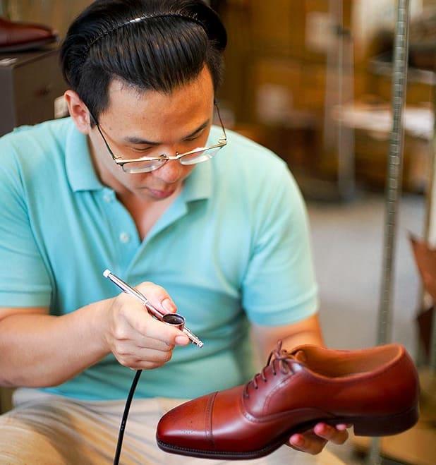 台中一日輕旅行 「Goodyear Studio」, 引 進 英 國 製 鞋 技 術, 訂 製 精 品 系 列 的 手 工 皮 鞋 。 圖 片 來 源 : Shen Ji New Village 審 計 新 村