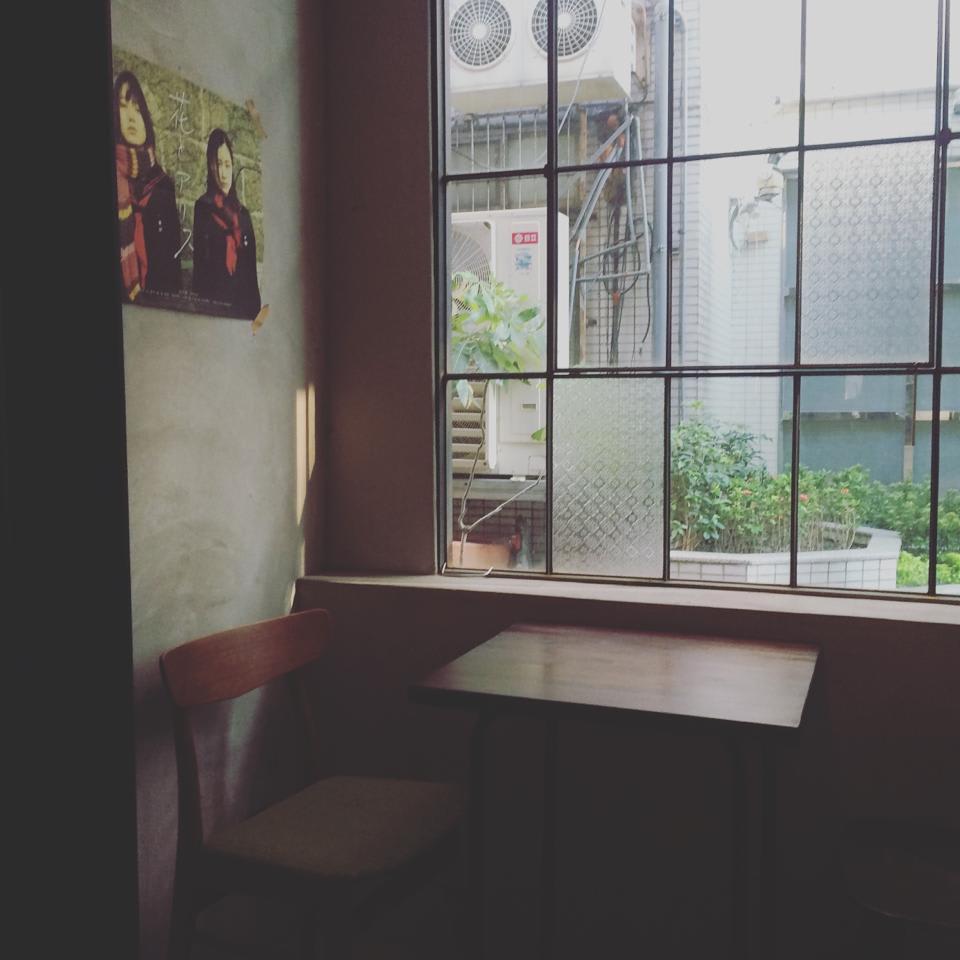 能 看 到 窗 外 景 色 的 座 位, 是 我 喜 歡 的 搖 滾 區 。