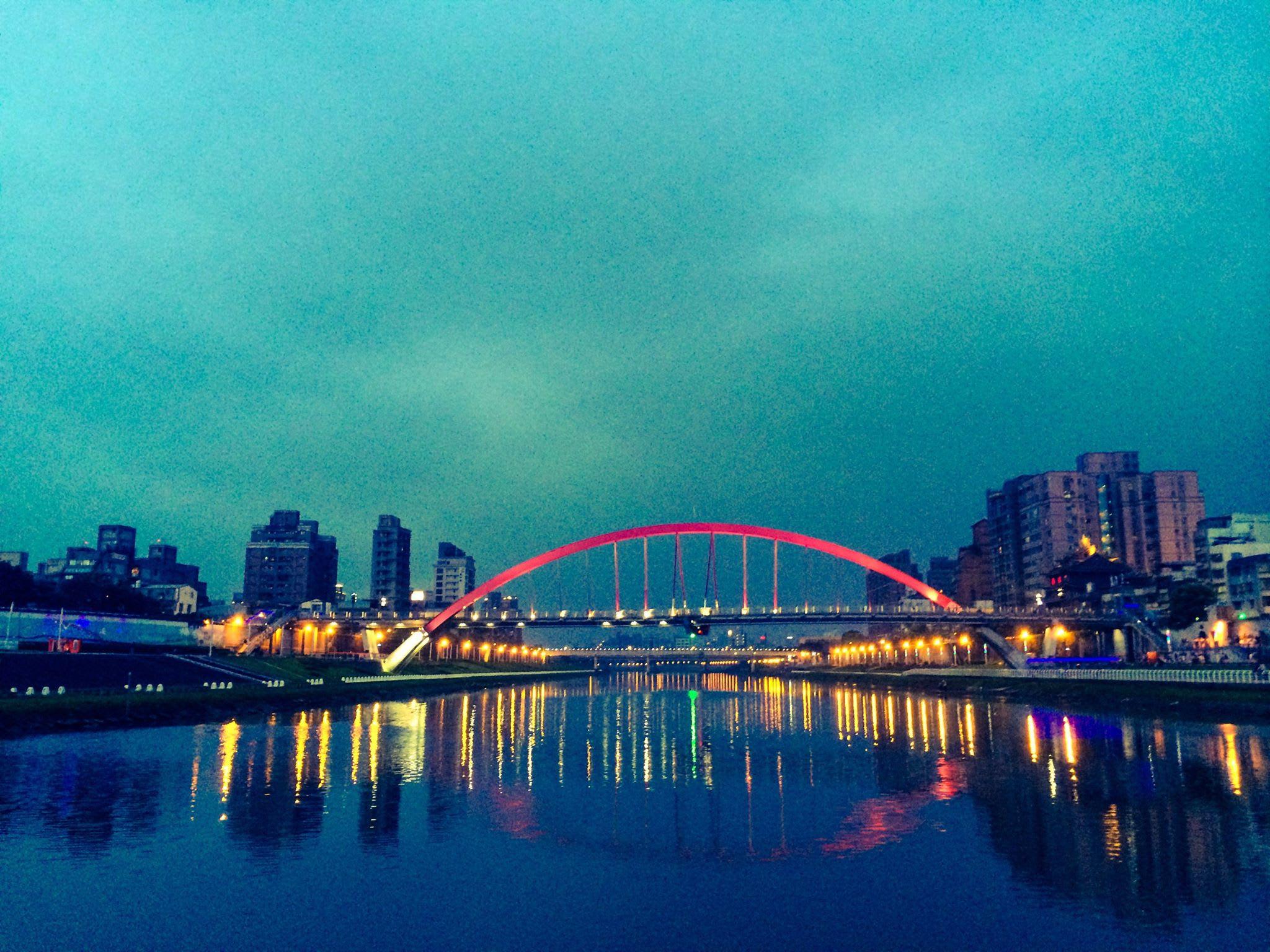 與 水 共 榮 的 台 北 , 在 河 面 餘 波 盪 漾