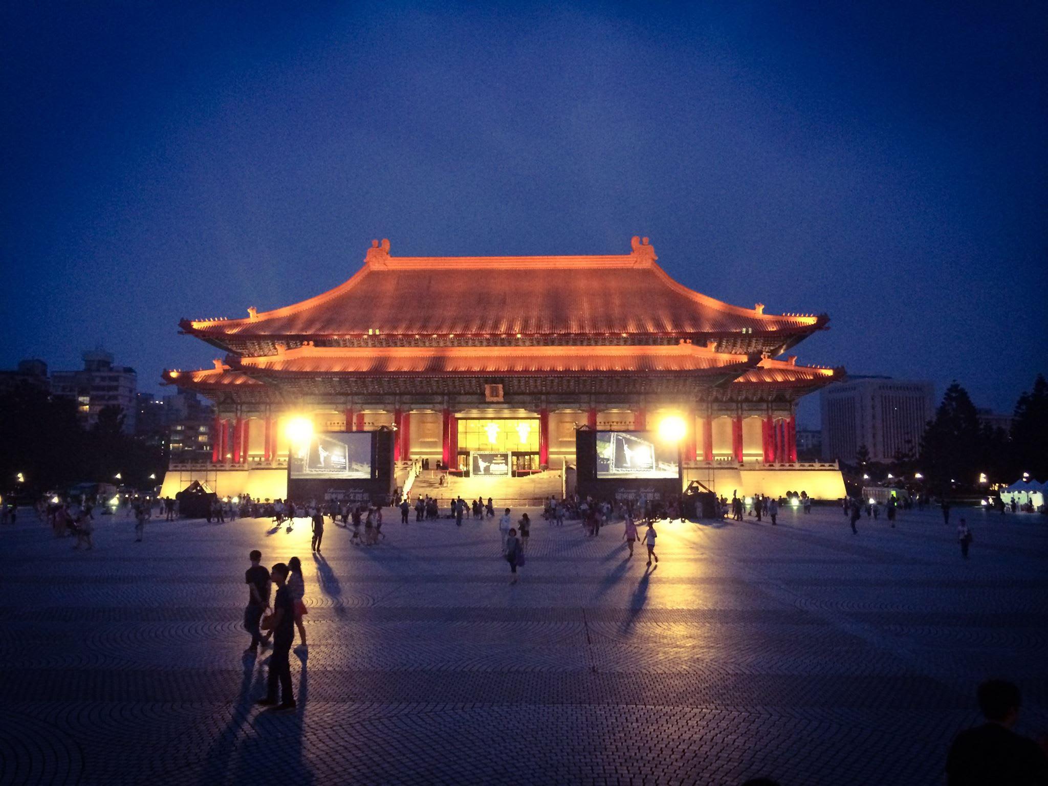 歷 史 與 人 文 的 薈 萃 , 在 台 北 的 夜 晚 中 , 綻 放