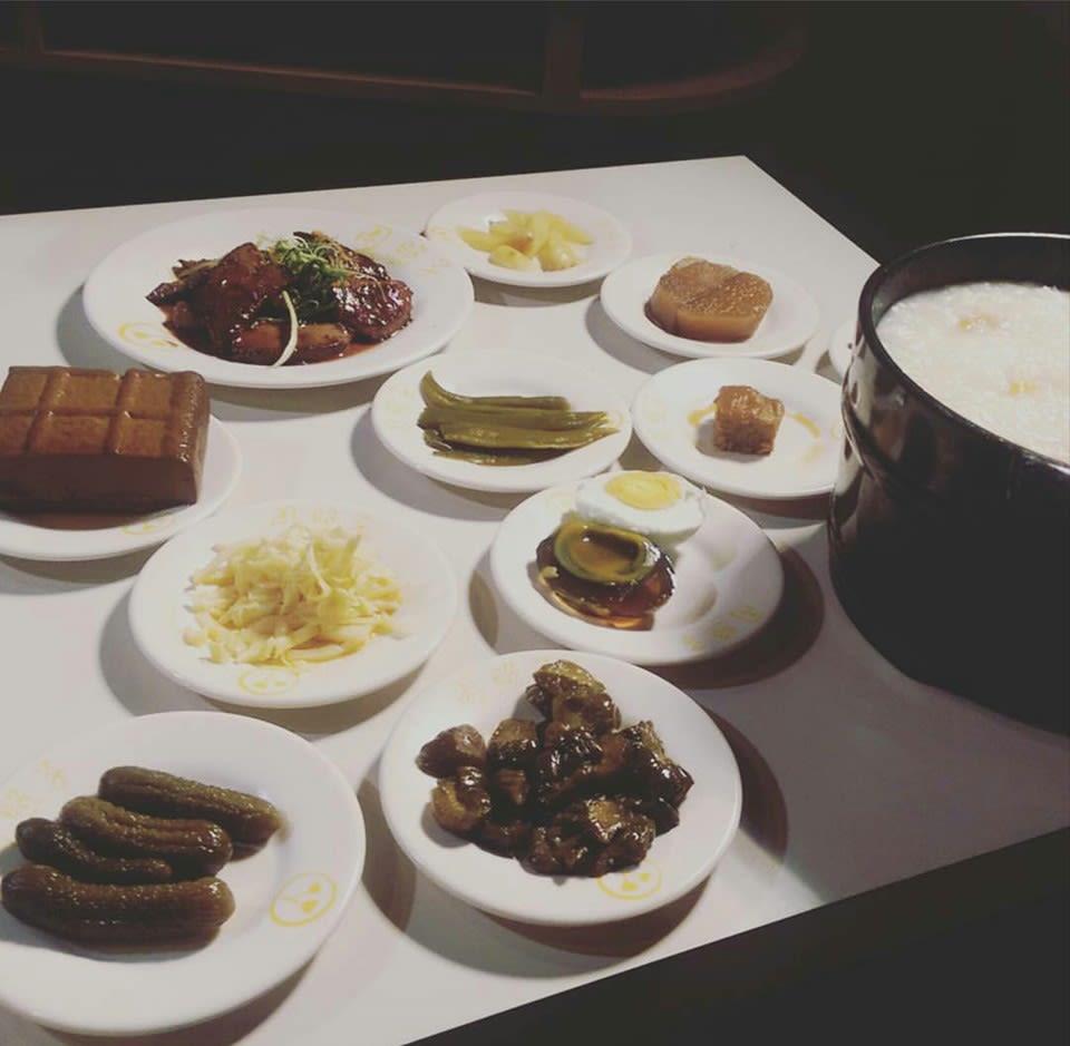 各 式 小 菜 與 鐵 板 料 理 讓 你 撐 破 肚 皮 ! 圖 片 來 源 : 周 照 子 台 灣 鐵 板 清 粥 小 菜