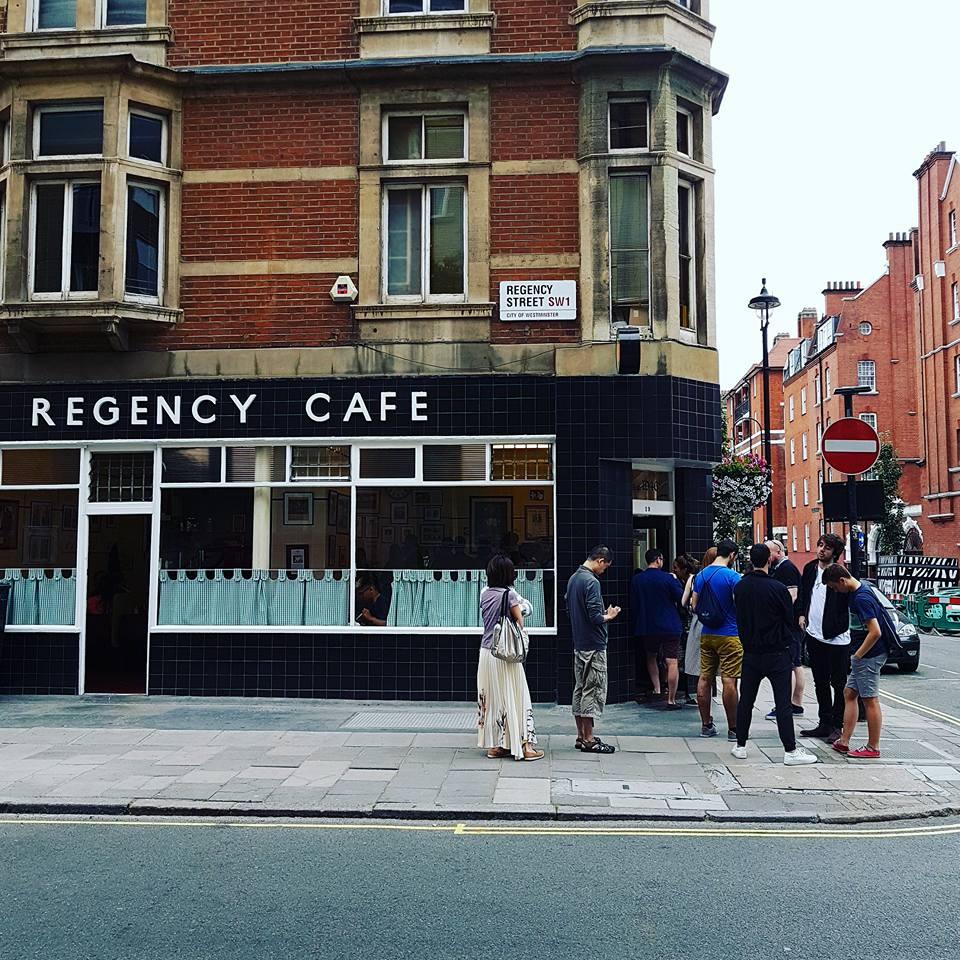 光 是 看 Regency Cafe 店 的 外 表 就 能 感 受 俏 皮 復 古 的 英 倫 精 神。