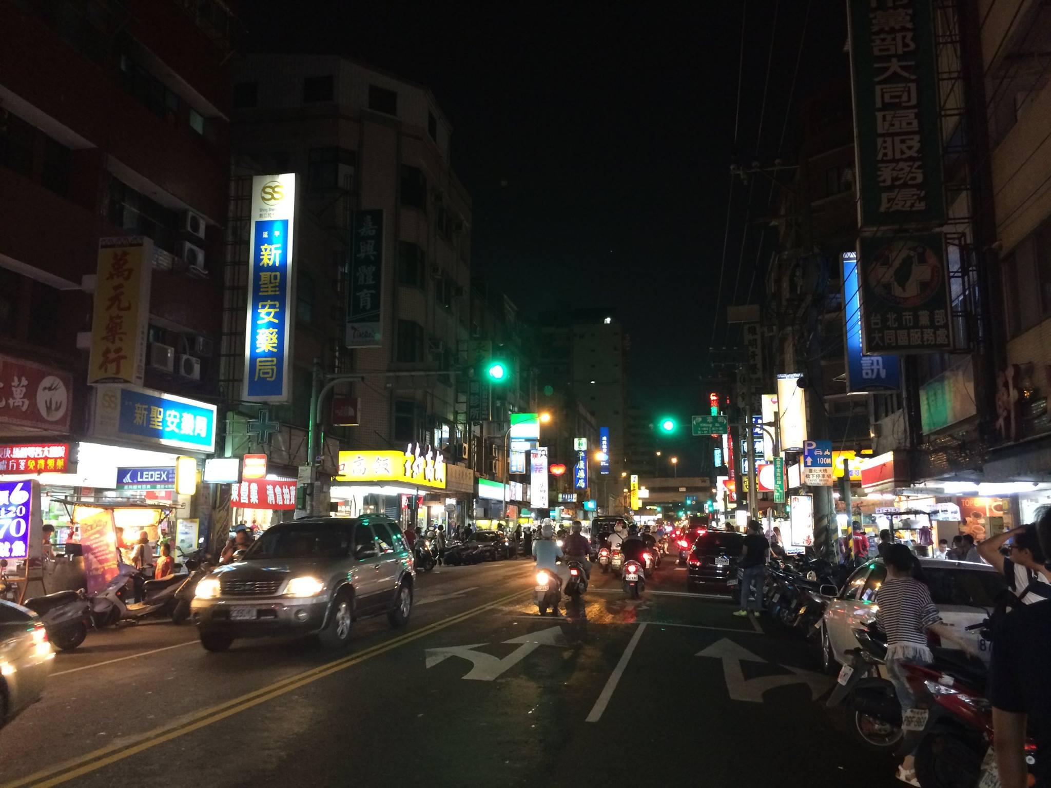 一 條 馬 路 , 配 上 一 長 龍 的 美 食 , 不 像 是 夜 市 的 夜 市 。