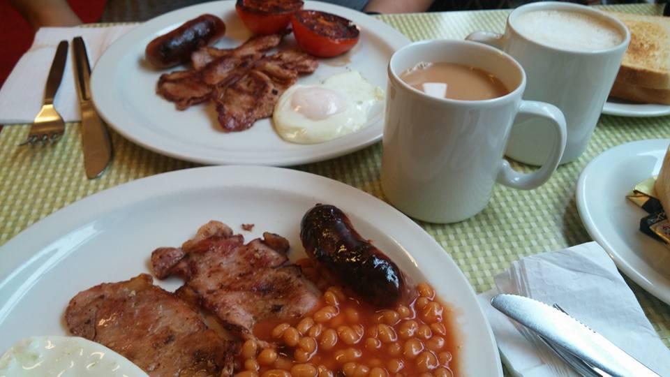Regency Cafe 裡 所 販 賣 的 餐 就 是 道 道 地 地 的 英 式 傳 統 藍領 階 級 早 餐 。