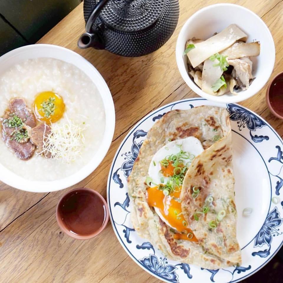 保 留 了 最 傳 統 中 國 菜 的 食 物 擺 設,但 以 不 一 樣 的 餐 廳分 圍 呈 現。