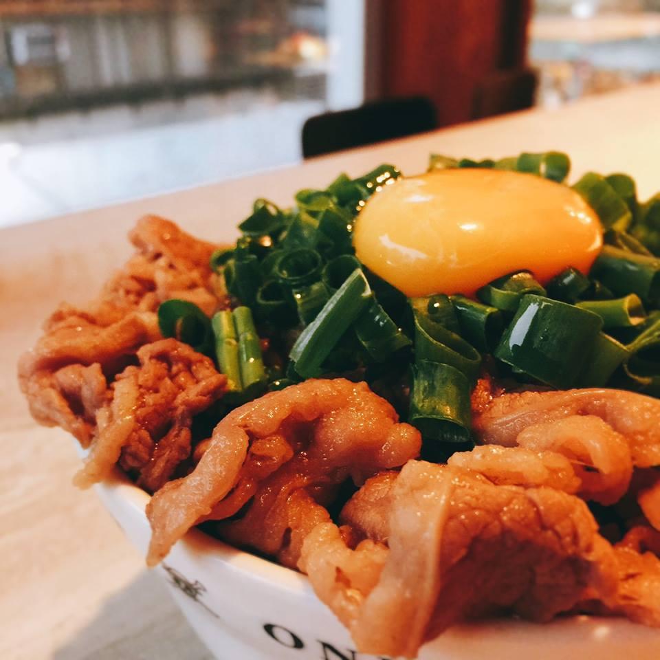 牛 丼 飯 。圖 片 來 源 : 台 灣 航 海 王 主 題 餐 廳 粉 絲 團 。