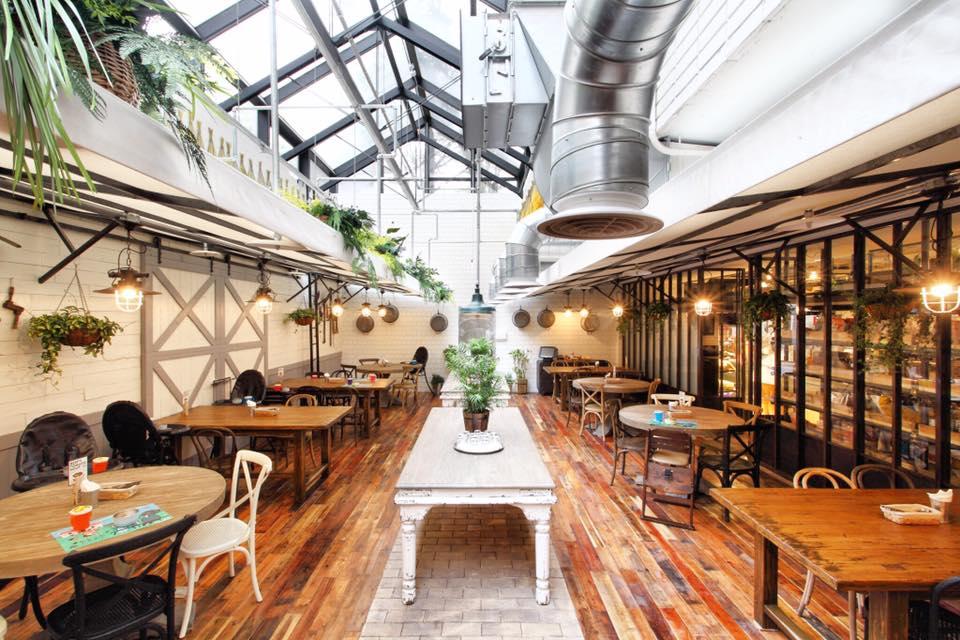 明 亮 的 室 內 用 餐 區 。 圖 片 來 源 : 官 方 粉 絲 團 。