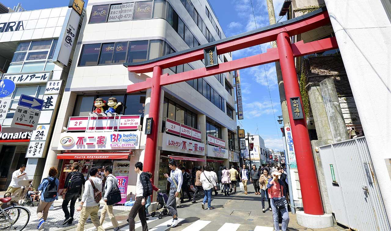 熱鬧的小町通,有吃又有得買。|來源:japandeluxetours.com